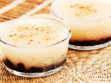 Домашен крем с грис, ванилия и сладко от боровинки - снимка на рецептата
